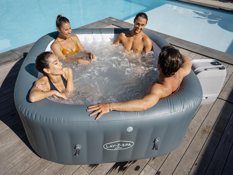 Vennegjeng som bader i et Lay-Z-Spa Hawaii Hydrojet Pro basseng