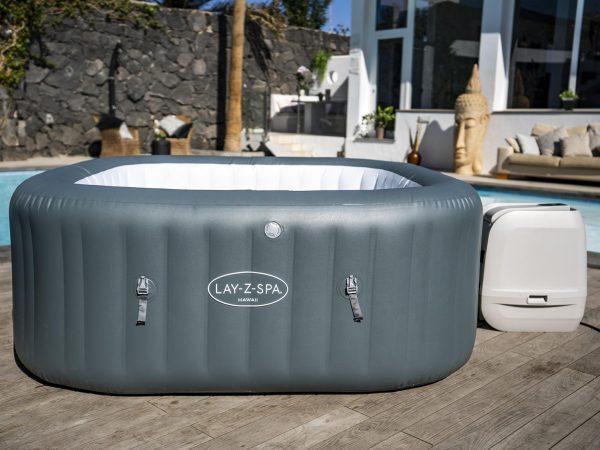 Lay-Z-Spa Hawaii Hydrojet Pro i sommerlige omgivelser
