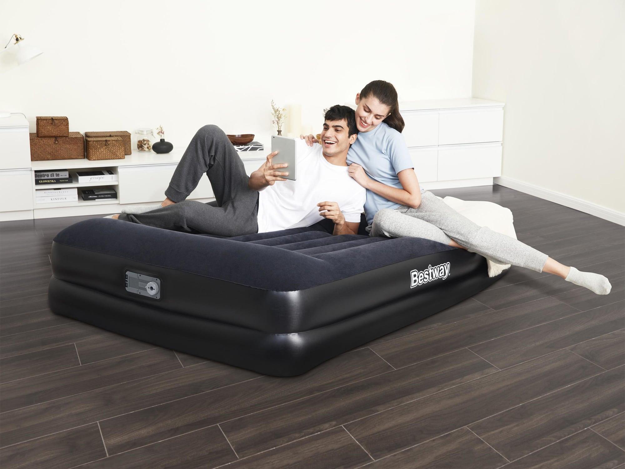 To personer slapper av på oppblåsbar madrass