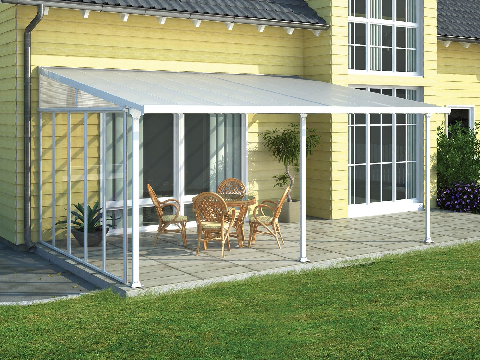 Lun uteplass med terrassetak og sidevegg